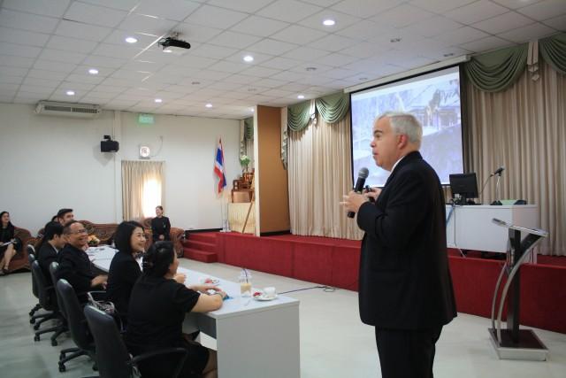 อัครราชทูตที่ปรึกษา สหรัฐอเมริกาประจำประเทศไทย ร่วมถ่ายทอดประสบการณ์แก่นักศึกษารั้วดำ – เหลือง