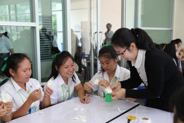 นักศึกษา ม.ราชภัฏเชียงใหม่ ร่วมประดิษฐ์ดอกดารารัตน์ ต่อเนื่องเป็นวันที่สอง ถวายความอาลัยในหลวงรัชกาลที่ 9