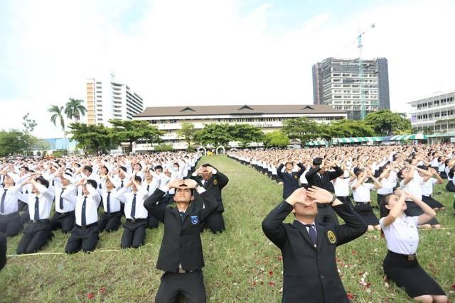 นักศึกษาน้องใหม่ 5,000 คน ร่วมอัญเชิญตราพระราชลัญจกร พร้อมปฏิญาณให้ดำรงตนเป็นนักศึกษาที่ดี (มีคลิป)