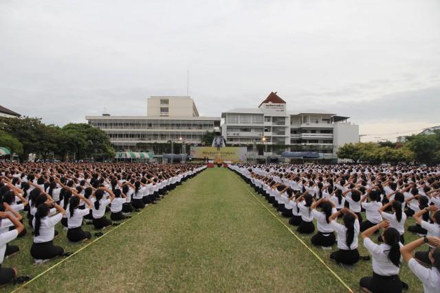 เฟรชชี่ ราชภัฏเชียงใหม่ กว่า 5,000 คน ร่วมพิธีอัญเชิญตราพระราชลัญจกร ประจำปีการศึกษา 2560 อย่างพร้อมเพรียง