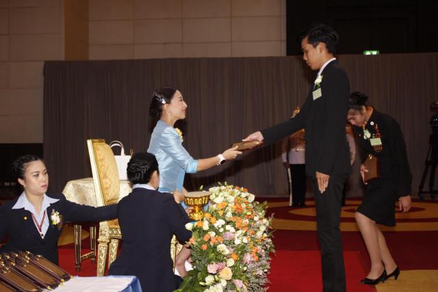 นักศึกษา ครุศาสตร์ ม.ราชภัฏเชียงใหม่ รับพระราชทานโล่รางวัล  ลูกที่มีความกตัญญูอย่างสูงต่อแม่ ประจำปี 2562