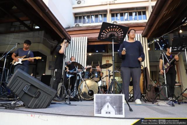 """นักศึกษาหลักสูตรดนตรีสากล แสดงดนตรีสดเปิดกล่อง ร่วมบริจาคกับ """"ตูน"""" บอดี้สแลม ในโครงการ ก้าวคนละก้าว เพื่อ 11 โรงพยาบาลทั่วประเทศ"""