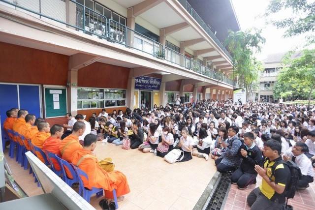 นศ.ภาคพิเศษ มร.ชม. ร่วมพันคน ทำบุญตักบาตร รับปีการศึกษาใหม่