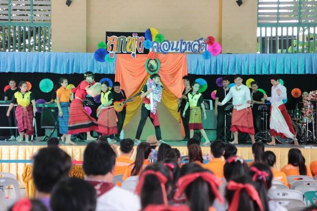 """ผู้ช่วยศาสตราจารย์รุทธ ประวัง คณบดีคณะมนุษยศาสตร์และสังคมศาสตร์ ให้เกียรติเป็นประธานเปิดงานการแข่งขันการประกวดร้องเพลง """"ลูกทุ่งไทย ต้านภัยยาเสพติด"""""""