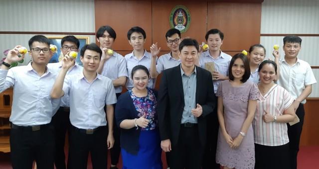 คณะวิทยาการจัดการ มร.ชม. มอบของที่ระลึก  แสดงความยินดีนักศึกษาแลกเปลี่ยนสาธารณรัฐประชาชนจีนในโอกาสสำเร็จการศึกษา