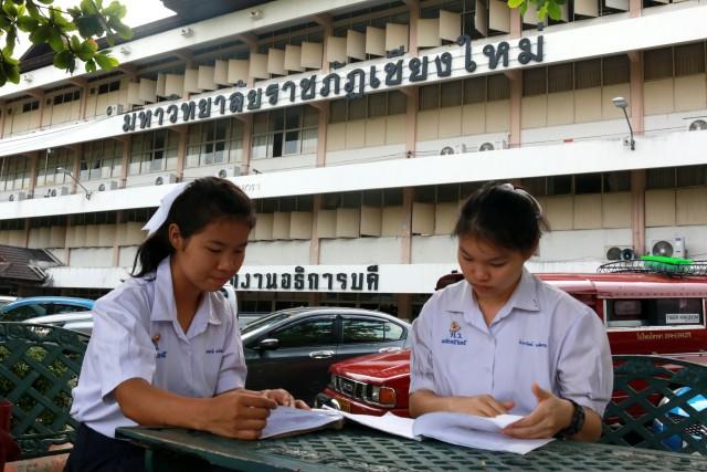 นักเรียน นักศึกษา พร้อมเข้าสอบคัดเลือกเป็นนักศึกษามหาวิทยาลัยราชภัฏเชียงใหม่ ปีการศึกษา 2560