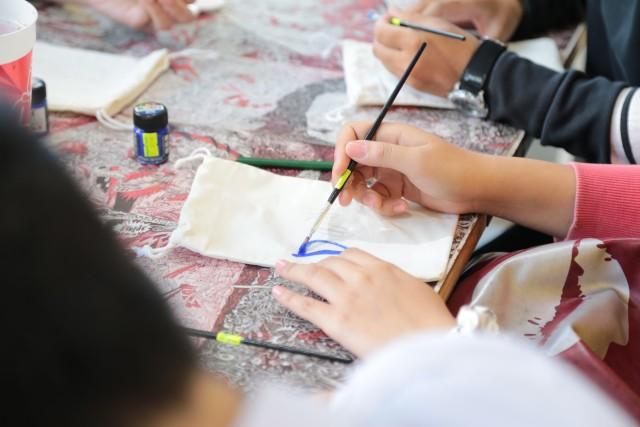 """โครงการ """"Paint for kids. ถุงนี้เพื่อน้อง"""" โดยนักศึกษาแขนงวิชาการโฆษณา ภาควิชานิเทศศาสตร์ คณะวิทยาการจัดการ มร.ชม."""