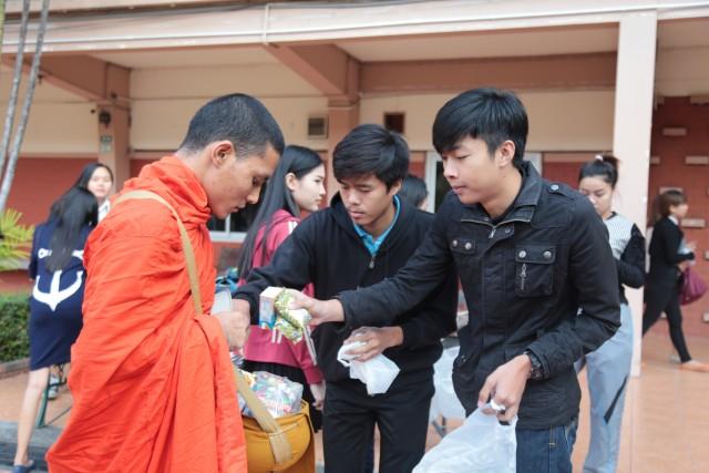 ชมรมจิตอาสา มร.ชม. จัดพิธีทำบุญตักบาตร  ปลูกฝังคนรุ่นใหม่น้อมนำหลักคำสอนพระพุทธศาสนาปรับใช้ในชีวิตประจำวัน