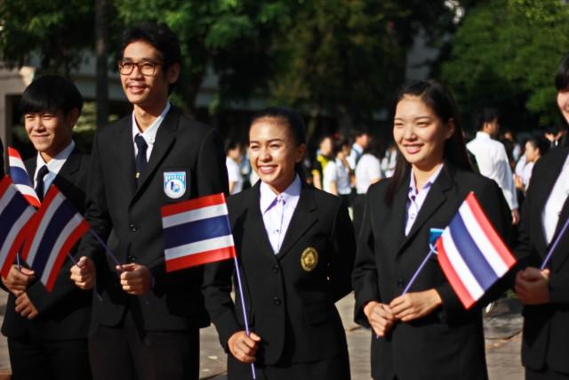 ประชาคมชาวราชภัฏเชียงใหม่ พร้อมใจเคารพธงชาติและร้องเพลงชาติด้วยความภาคภูมิใจ  เนื่องในโอกาสครบรอบ 100 ปี ธงชาติไทย
