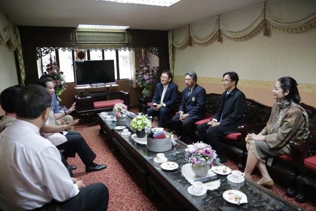 คณะผู้บริหารมหาวิทยาลัยราชภัฏเชียงใหม่  ร่วมต้อนรับหัวหน้าทีมภาคเอกชนคณะทำงานการพัฒนาเศรษฐกิจฐานรากและประชารัฐ    หารือการก่อตั้งมูลนิธิสถาบันพัฒนาวิสาหกิจเพื่อสังคมแห่งประเทศไทย
